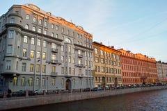 Alte Gebäude auf dem Flusskai Lizenzfreies Stockfoto