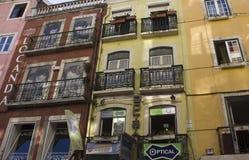 Alte Gebäude in Lissabon mit gemalten Fenstern Stockbilder