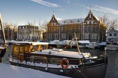 Alte Gebäude und Lieferungen mit Schnee stockfotografie