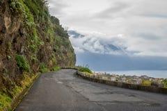 Alte Gebirgsstraße zwischen Bergen und Ozean in Madeira-Insel lizenzfreies stockfoto