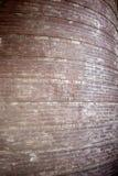 Alte gebogene Backsteinmauer mit Spuren der Farbe Stockbild