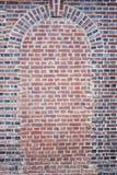 Alte gebogene Beschaffenheit der roten Backsteine Tür Stockbild