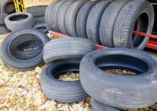 Alte Gebrauchtwagenreifen, Reifendump, ein Bündel benutzte Reifen lizenzfreie stockfotografie