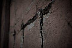 Alte, gebrochene Backsteinmauer in der Nahaufnahme Stockfotografie