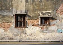 Alte gebrochene Backsteinmauer mit altem Fensterbauholzrahmen Stockfotografie