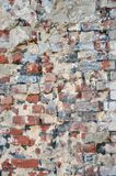 Alte gebrochene Backsteinmauer mit gebrochener gebrochener Zementbedeckung Lizenzfreie Stockfotografie