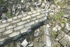 Alte gebrochene Backsteinmauer mit Moos Stockbild