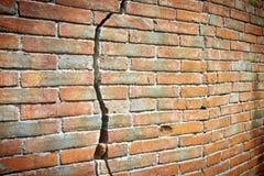 Alte gebrochene Backsteinmauer - Wand errichtet im 16. Jahrhundert stockbilder