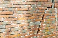 Alte gebrochene Backsteinmauer - Wand errichtet im 16. Jahrhundert lizenzfreie stockfotografie