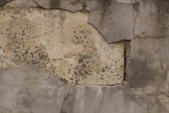 Alte gebrochene Block Wand mit gebrochener weißer Gips-Schicht Lizenzfreie Stockfotografie