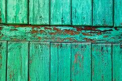 Alte gebrochene Farbe auf einer Holzoberfläche stockfotografie