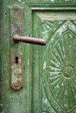 Alte gebrochene Farbe auf Tür und Türgriff lizenzfreie stockfotografie