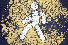 Alte gebrochene Fußgängerikone auf verlassener Straße lizenzfreie stockfotografie