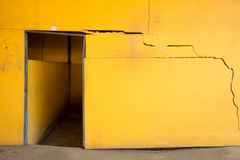 Alte gebrochene gelbe Betonmauer Lizenzfreie Stockfotos