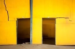 Alte gebrochene gelbe Betonmauer Stockbild