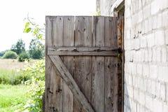 Alte gebrochene hölzerne Tür Lizenzfreie Stockbilder