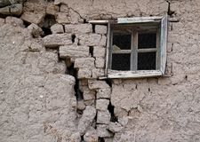 Alte gebrochene Lehmziegelmauer mit Fenster stockfoto