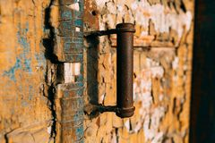 Alte gebrochene Tür mit rostigem Griff Farbschichten stockfotografie