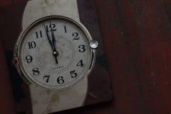 Alte gebrochene Uhr der Wand Stockbild