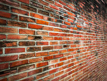 Alte gebrochene Wand des roten Backsteins Stockbilder