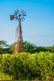 Alte gebrochene Windmühle bei Sonnenuntergang Stockfotografie