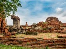 Alte gebrochene Ziegelsteine und Buddha-Statue in historischem Park Ayutthaya Stockbilder