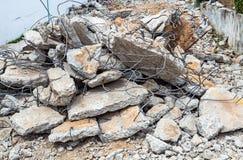 Alte gebrochene Ziegelsteine und Eisendraht für Bau stockfotografie