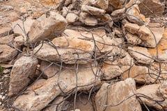 Alte gebrochene Ziegelsteine und Eisendraht für Bau lizenzfreie stockbilder