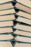 Alte gebundene Bücher des Stapels Stockbilder