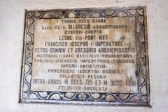 Alte Gedenktafel im Kirchenglocketurm von St. Anastasia in Zadar, Kroatien Stockfotografie