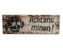 alte gefährliche Bergwerke WK2 Weinlese Schild Achtung Minen deutsch stockfotografie