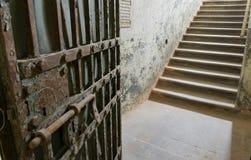 Alte Gefängnistür, die zu den Jobstepps sich öffnen, und Ausweg Lizenzfreie Stockfotografie