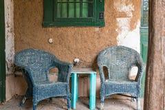 Alte geflochtene Stühle Stockfotos