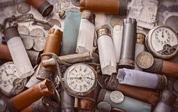 Alte Gegenstände auf dem Schreibtisch Stockfoto