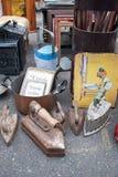 Alte Gegenstände in einem Altertumsforschermarkt lizenzfreies stockbild