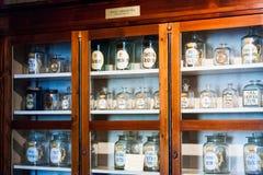 Alte Gegenstände, Werkzeuge und Stimmung von einem pharmazeutischen Museum in Klausenburg Napoca, Rumänien Stockbild