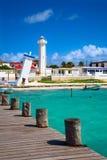 Alte gekippte und neue Leuchttürme in Puerto Morelos Stockfoto