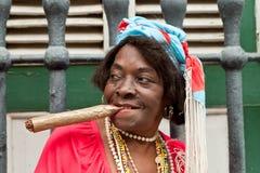 Alte geknitterte Dame mit einer sehr großen Zigarre in Havana Stockbilder