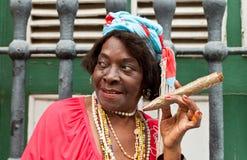 Alte geknitterte Dame mit einer sehr großen Zigarre in Havana Lizenzfreie Stockfotos