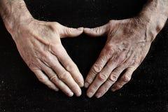 Alte geknitterte Hände stockfotos