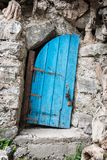 Alte gekrümmte blaue Holztür in Kreta Griechenland Lizenzfreies Stockfoto