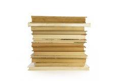Alte, gelb gefärbte Bücher auf einem weißen Hintergrund Stockbild