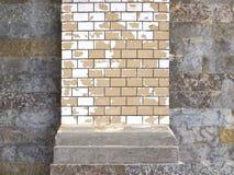 Alte gelbe Backsteinmauer mit schädigendem Grey Plaster Abstract Horizon Lizenzfreies Stockfoto