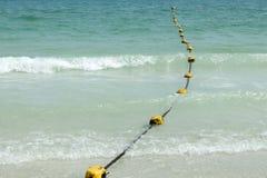 Alte gelbe Boje auf dem Strand Stockfotos