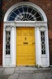 Alte gelbe Dublin-Tür Stockfotos