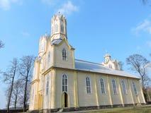 Alte gelbe hölzerne Kirche, Litauen stockbilder