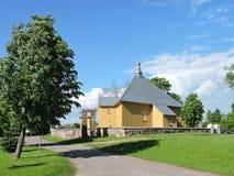Alte gelbe hölzerne Kirche, Litauen Stockbild