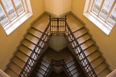 Alte gelbe Treppenhausreflexion Lizenzfreie Stockfotografie