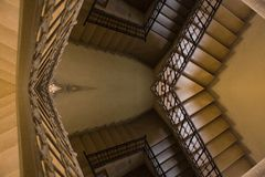Alte gelbe Treppenhausreflexion Stockbilder