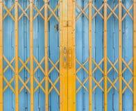 Alte gelbe und blaue Stahltür Stockfotos